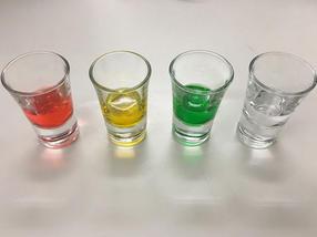 Beispiele für die unterschiedlichen Farben der Flüssigkeiten, die von den Versuchsteilnehmern gekostet wurden