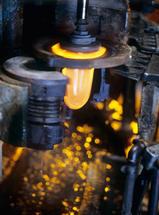 Vollautomatische Glasproduktion: Glaskölbel auf der Blasmaschine kurz vor Schließen der Form