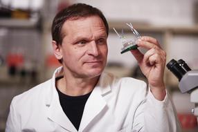 Dr. Uwe Marx mit Multi-Organ-Chip