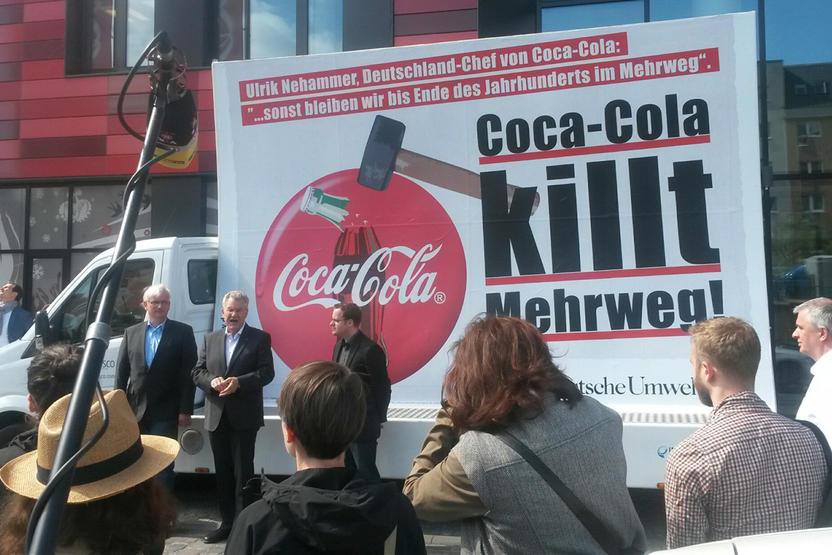 Deutsche Umwelthilfe protestiert vor Coca-Cola Zentrale gegen ...
