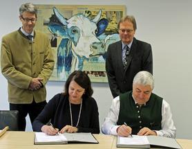 Die mpr-Vorstände Dr. Johann Meier und Dr. Karl Kunz (stehend von links) sowie Barbara Nichtern von FOSS und Hans Epp vollziehen mit Ihrer Vertragsunterschrift den Kauf von zwölf Analyseanlagen. Quelle: