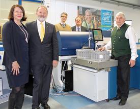 (v.l.n.r.): Barbara Nichtern (FOSS), mpr-Geschäftsführer Dr. Christian Baumgartner sowie die mpr-Vorstände Dr. Johann Meier, Dr. Karl Kunz und Hans Epp im mpr-Labor, in welchem zukünftig zwölf CombiFoss 7 Geräte laufen werden.