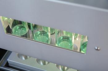 Den Aufschlussprozess jederzeit kontrollieren: Sichtfenster im Einsatzgestell und beleuchtete Probengläser machen es möglich