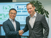 Kei Murakami, CEO von LINX (links) und Stefan Reuther, CSO von COPA-DATA besiegeln die neue Kooperation mit einem Handschlag im COPA-DATA Hauptsitz in Salzburg.