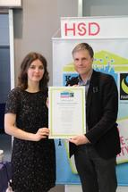 Kristina Klecko von Fairtrade Deutschland überreichte dem Vizepräsidenten für Alumni und wissenschaftliche Weiterbildung, Prof. Dr. Horst Peters, am 17. April das Zertifikat zur Fairtrade-University.