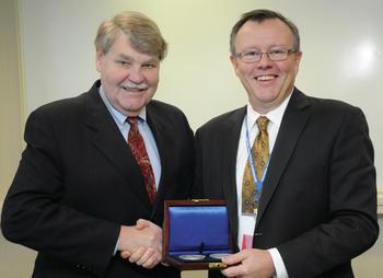 Ernst-Abbe-Memorial Award für Dr. Neil Lewis von Malvern Instruments