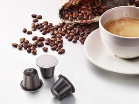 In cooperation with Golden Compound, the internationally active packaging manufacturer ALPLA is bringing a world first onto the market: the first coffee capsule compostable at home.