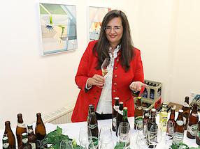Gabriela Maria Straka, Leitung Kommunikation/PR & CSR, präsentiert die Produktvielfalt der Brau Union Österreich