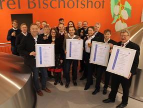 Die erfolgreichen Brauer und Braumeister um Brauereidirektor Hermann Goß (1. von rechts) und Zertifizierungsbeauftragte Laila Schmidt (4. von rechts)