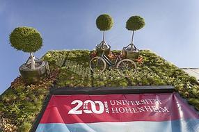 Surreale Installation an der Wand: Der Vertikale Fassadengarten des Hohenheimer StartUp Visioverdis