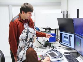 Forschende charakterisieren die Morphologie des Eierschalenmaterials mithilfe eines Rasterelektronenmikroskops.