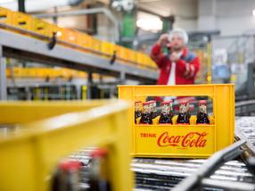 Abgefüllte Coca-Cola Glasflaschen in der Glas-Mehrwegkiste
