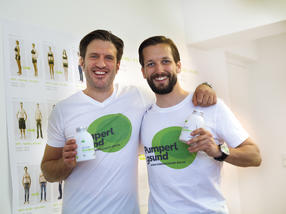 Die beiden Gründer des Start-ups Pumperlgsund, Jan Göktekin und Fabian König, haben gemeinsam mit dem Kompetenzzentrum eStandards ein Transportetikett eingeführt, um die Vorgaben des stationären Einzelhandels zu erfüllen und parallel die internen Logistikprozesse zu optimieren.