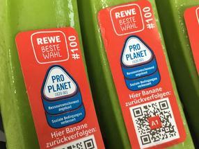 Als erster großer Lebensmitteleinzelhändler in Deutschland ermöglicht REWE bei den Bananen seiner Eigenmarken die Rückverfolgbarkeit bis zum Erzeugerbetrieb.
