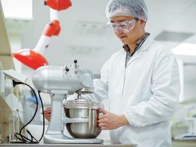 Tests im neuen Labor für Food-Anwendungen: Das regionale Kompetenzzentrum der Wacker Chemie AG in Shanghai verfügt nun auch über ein anwendungstechnisches Labor speziell für innovative Lebensmittelinhaltsstoffe, Nahrungsergänzungsmittel und Kaugummianwendungen.