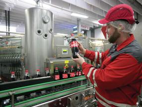 Mitarbeiter an der 1 Liter PET Merhrweganlage von Coca-Cola Deizisau