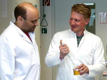 Andreas Dunkel und Christoph Hofstetter im Labor.