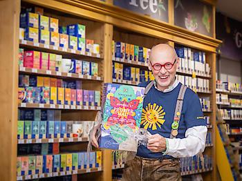 Sonnentor Gründer Johannes Gutmann lässt die Hüllen der Teepackungen fallen. Dank verbesserter Aromaschutzbeutel für die Tees, kann bei allen Schachteln die Hülle aus Holzfolie eingespart werden.