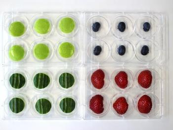 Mit Noroviren kontaminierte Äpfel, Gurken sowie Heidel- und Erdbeeren in einer Versuchsanordnung auf Multiwell-Platten.