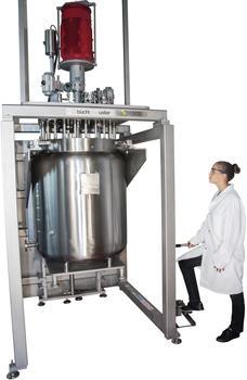 pilotclave: 250 Liter, 120 bar, Hastelloy C22, Chemikantin schließt Reaktor über den hydraulischen Reaktor-Lift