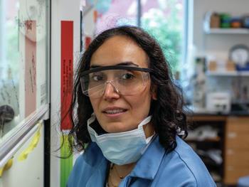 Die UVM-Postdoc Mona Sharafi half beim Bau eines winzigen Werkzeugs, das Knoten aus Protein, Plastik oder anderen Polymeren lösen kann.