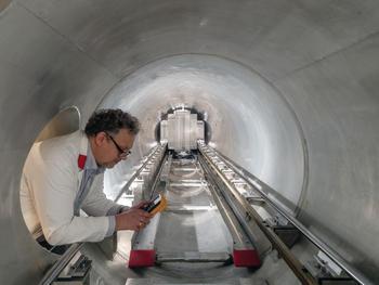 Dr. Henrich Frielinghaus in der Detektorröhre der Jülicher Kleinwinkelstreuanlage KWS-1