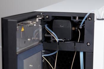 Im Ofen eingebaut, ist der Anionen-Suppressor platzsparend untergebracht.