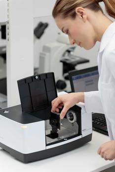 Der Probenraum in Standardgröße ermöglicht eine große Auswahl an Zubehör, sowohl von Shimadzu als auch von Drittherstellern.
