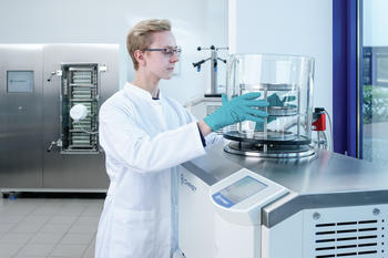 Laboratory freeze dryer for safe freeze drying of organic samples containing solvents