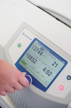Die gekühlte Tischzentrifuge besitzt eine bedienerfreundliche Steuerung Spincontrol S und extra großes TFT-Display.