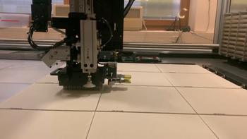 Robotor beim Stempeln von E. coli Klonen auf Protein Arrays