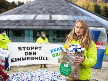 Red Bull erhält Naturverschmutzer Award 2020 - GLOBAL 2000 AktivistInnen bringen Dosenmüll zurück