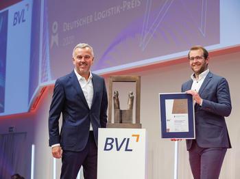 Claus Butterwege und Bastian Diegel (v.l.n.r.) freuen sich über den Deutschen Logistik-Preis der Bundesvereinigung Logistik