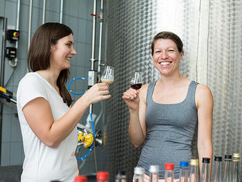 Die hohe Qualität der Spirituosen der Forschungs- und Lehrbrennerei überzeugt die Prüfer der DLG jedes Jahr aufs Neue: In den letzten zehn Jahren erhielten 50 Prozent aller eingereichten Spirituosen der Uni Hohenheim Gold. Das wissen auch die Besucherinnen am Tag der offenen Tür zu schätzen.
