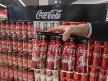 Coca-Cola HBC beginnt mit EU-weiter Ablösung der Plastikfolie bei Dosen-Mehrwegverpackungen