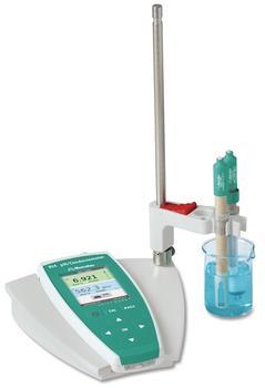 Der tragbare Konduktometer wandelt sich mit Ladeschale und Stativkonsole zu einem stabilen Tischgerät für den täglichen Laboreinsatz