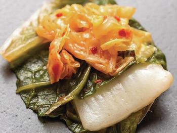 BlueNalu's Gelbschwanz mit ganzen Muskeln und Zellen, zubereitet in gesäuerter Form nach einem Kimchi-Rezept.