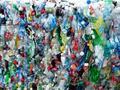 Una forma suave de reciclar los plásticos de las botellas para convertirlos en combustible y otros productos de alto valor