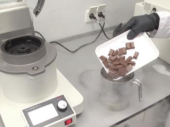 Cryogenic comminution of chocolate