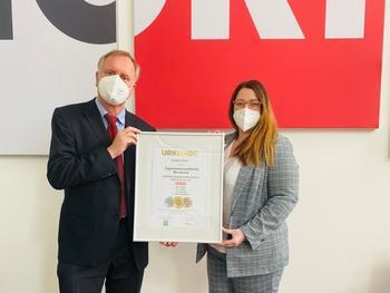 Stellvertretend für den gesamten NORMA-Zentraleinkauf Food nahmen Rüdiger Drees (l.) und Ann-Kathrin Süs (r.) die Auszeichnung der DLG entgegen.