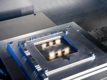 La planta de producción ininterrumpida de Fraunhofer IPT está preparada para procesar los componentes de las pilas de combustible en ciclos que duran sólo unos segundos.