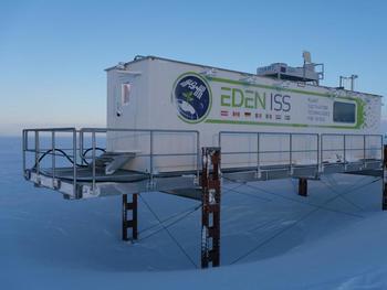 Das DLR-Antarktisgewächshaus EDEN ISS steht auf dem Ekströmeisschelf rund 400 Meter entfernt von der deutschen Neumayer Station III.