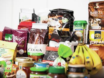 Eine Auswahl verschiedener Fairtrade-Produkte.
