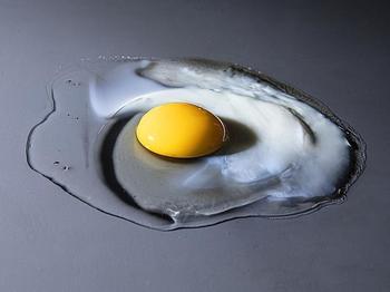 Beim Erhitzen bilden die Proteine im ursprünglich transparenten Hühnereiweiß ein engmaschiges, undurchsichtiges Netz.