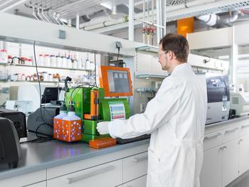 Labor am Leibniz-Institut für Lebensmittel-Systembiologie an der Technischen Universität München: Dr. Patrick Marcinek analysiert Zellen mit einem Durchflusszytometer.