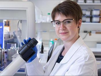 Die Humangenetikerin Caroline Diener forscht im Team von Professor Eckart Meese am Institut für Humangenetik der Universität des Saarlandes.