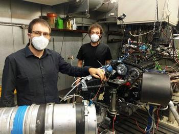 Research assistants Konstantin Huber (left) and Felix Gackstatter (right) at the highly instrumented engine test bench of Spiess Motorenbau GmbH.