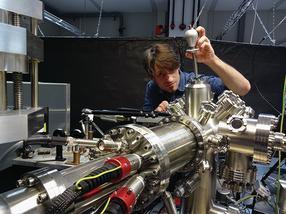Elektronenmikroskop zum Nachweis der heißen Elektronen
