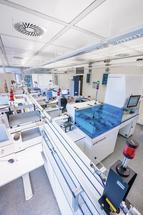 Vollautomatisierte Laborstraße für Patienten-Screening und mikrobiologische Diagnostik